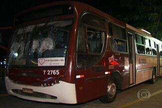Ônibus é depredado no Campo Limpo, na Zona Sul da capital - O ônibus da linha Terminal Campo Limpo-Parque Engenho estava na Avenida Carlos Lacerda. Os manifestantes tentaram colocar fogo, mas não conseguiram. Apenas um dos assentos ficou queimado.