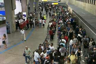 Passageiros voltam a enfrentar filas no setor de passaportes em Cumbica - Passageiros de voos internacionais voltaram a enfrentar filas na área de controle de passaportes do Aeroporto Internacional de Guarulhos na noite deste domingo (30). Problema parecido ocorreu no último dia 22.