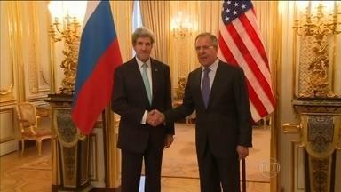 EUA e Rússia não chegam a acordo sobre a Ucrânia - A reunião entre o secretário de Estado Americano John Kerry e o ministro das Relações Exteriores russo Serguei Lavrov terminou sem avanços. Kerry rejeitou a proposta da Rússia de criar na Ucrânia uma federação.