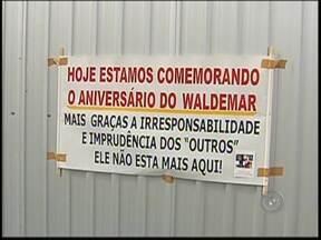 Parentes das vítimas que morreram na linha do trem em Rio Preto fazem manifesto - No fim de semana, parentes das vítimas que morreram atropelados em São José do Rio Preto (SP), em novembro de 2013, fizeram uma homenagem no local do acidente.