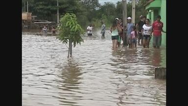 Em Cacoal, RO, Rio machado continua subindo e a água já se aproxima da BR-364 - Parte do Bairro Liberdade foi atingida pela enchente e famílias foram retiradas às pressas
