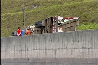 Caminhão tomba e interdita Rodovia Mogi-Dutra no sentido Mogi das Cruzes - Acidente foi por volta das 11h desta segunda-feira (31) e envolveu caminhão cegonha.