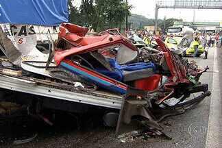 Grave acidente na Anchieta com sete veículos deixa um morto e três feridos - Um grave acidente entre sete veículos deixou um morto e três feridos no começo da manhã desta segunda-feira (31), na via Anchieta, na altura da cidade de Cubatão (SP). A rodovia precisou ser interditada por conta do acidente.