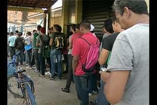 Em Icoaraci, jovens dormem na fila para fazer o alistamento militar - Rapazes enfrentam longas filas para obter documento.