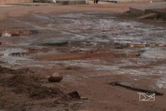 Moradores do bairro Coroado, em São Luís, reclamam da falta de infraestrutura do bairro - Ruas esburacadas, lama e esgoto na porta de casa. Essa é a realidade enfrentada por moradores do bairro do Coroado, na capital.