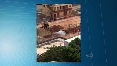 Vazamento em obra da Copa é arrumado em avenida de Cuiabá - O vazamento em uma obra da Copa foi arrumado na Avenida Miguel Sutil, em Cuiabá.