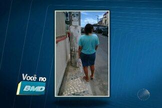 Moradores de Salvador reclamam das condições das calçadas em vários pontos da cidade - No bairro de Amaralina, um poste bloqueia a passagem pela calçada, obrigando os pedestres a ir para o meio da rua.