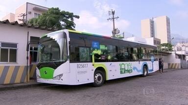 Ônibus 100% elétrico começa a circular no Rio em fase de teste - O primeiro ônibus elétrico entrou em teste após ser carregado durante cinco horas no Rio de Janeiro. Com o motor elétrico, o ônibus é silencioso e não polui o ar.