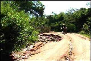 Moradores reclamam da falta de manutenção de estradas da zona rural do Crato - Após o início da estação chuvosa, as dificuldades de transitar nessas vias aumentaram.