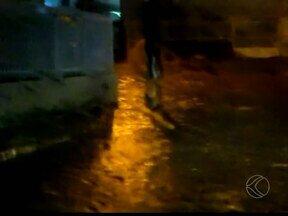 Chuva equivalente a quatro dias atinge Uberaba e 180 raios são registrados - Corpo de Bombeiros registrou quedas de árvores em bairros da cidade. Segundo Wanda Prata, choveu 65 mm, equivalente a quatro dias de chuva.