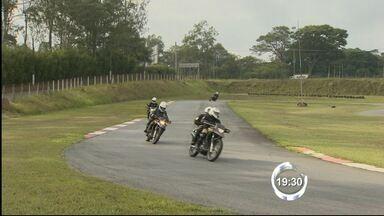 Policiais do Vale treinam escolta de seleções durante a Copa do Mundo - Treino de policiais rodoviários acontece em Guaratinguetá e Cachoeira Paulista. Escoltas com motocicletas serão feitas em duplas no entorno dos estádios.