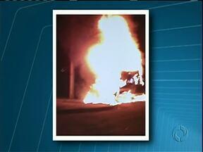 Telespectador de Cruzeiro do Oeste faz imagens de caminhão em chamas - Um caminhão pegou fogo na madrugada desta quarta-feira (02) em Cruzeiro do Oeste.