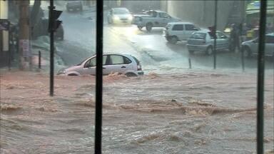 Temporal provoca estragos em Belo Horizonte - Um córrego transbordou em uma das avenidas mais importantes da cidade. Choveu mais do que era esperado para todo o mês.