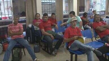 Trabalhadores rurais seguem ocupando prédio do Ministério do Trabalho em Varginha (MG) - Trabalhadores rurais seguem ocupando prédio do Ministério do Trabalho em Varginha (MG)