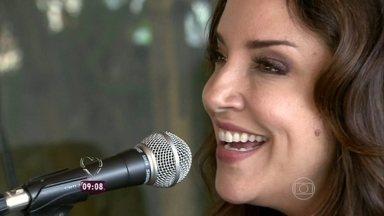 A cantora Ana Carolina confessa que tem medo das viagens em turnê - Ana Carolina canta trechos de músicas de seu novo CD