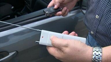 Bandidos controlam chaves de carros em novo golpe - Você acha que fechou o carro, mas os bandidos é que dominaram o seu controle remoto. No Fantástico, vocês vão saber como se proteger.