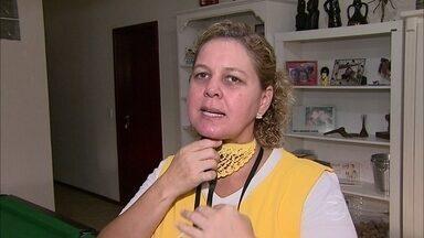 Melissa convive com sequelas deixadas por um câncer de laringe - Há pouco mais de dois anos, Melissa passou a ter problemas com a voz. Ficava rouca com frequência e a comunicação ficou difícil. O diagnóstico foi câncer na laringe por causa do fumo.