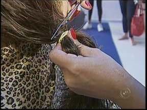 Campanha para doação de cabelos arrecada 70 metros de fios em Bauru - A campanha de uma escola particular de Bauru conseguiu arrecadar cerca de 70 metros de cabelo que serão doados ao Projeto Cabelegria, que trabalha na confecção de perucas para crianças com câncer.