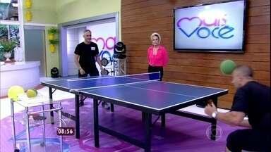 Ana Maria convida pessoal do estúdio a experimentar o ping pong de cabeça - Na brincadeira, não é permitido usar raquetes nem as mãos