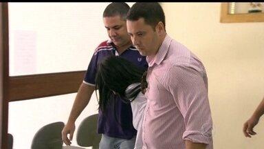 Mulher suspeita de envolvimento na morte de grávida em São Gonçalo é presa - A polícia prendeu uma mulher suspeita de envolvimento na morte da grávida assassinada a facadas dentro de casa em São Gonçalo. Flávia da Silva Ramos, de 33 anos, disse à polícia que era amante do marido da vítima.