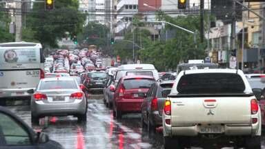 Curitibano enfrentou trânsito lento e complicado hoje durante a manhã - Chuva e problemas nos semáforos do centro complicaram ainda mais o trânsito.