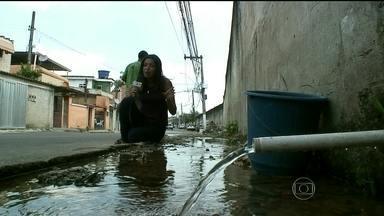 Parceiros mostram o sofrimento dos moradores da baixada para driblar a falta de água - Os parceiros do RJ mostram de que maneira os moradores de Duque de Caxias driblam a falta de água. Cinco minas de água são encontradas na região.