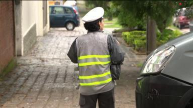 """Veja locais onde nem sempre é permitido estacionar - Alguns """"estacionamentos exclusivos para clientes"""" usam parte da calça ou obrigam o motorista a transitar por ela. O que pode dar dois tipos de multas."""