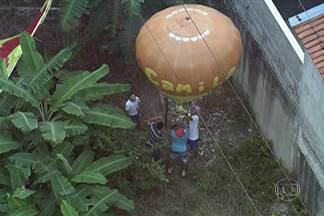 Balão cai sobre fios da rede elétrica em Osasco - Ele ficou presos sobre os fios de alta tensão dentro de um condomínio em Presidente Altino. Fazer e soltar balão é considerado crime ambiental.
