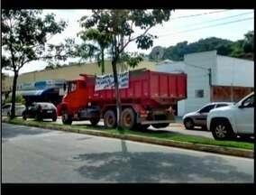 Grupo de caminhoneiros interdita BR-259 em Aimorés - Caminhoneiros reivindicam melhorias do trecho.