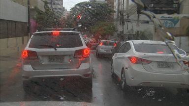 Com chuvas e pontos de alagamento, trânsito fica lento e congestionado - Fortaleza registra chuva há cinco dias seguidos.