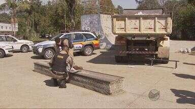 Polícia destrói parte de pista de skate usada para tráfico de drogas em Poços de Caldas - Polícia destrói parte de pista de skate usada para tráfico de drogas em Poços de Caldas