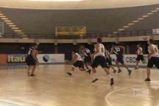 Castelinho recebe piso flutuante para jogos de basquete - Novo piso recebe elogios dos atletas que disputam a Liga Universitária e das jogadoras do Maranhão Basquete