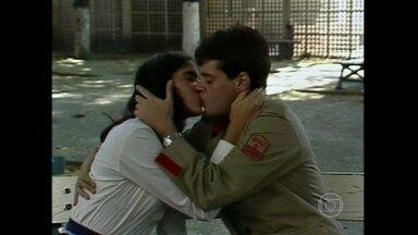 Lurdinha flagra Marcos beijando Rosemary - Relembre momentos de Anos Dourados no Novelão