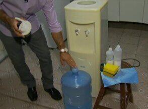 'Biodicas' orienta sobre como realizar a limpeza adequada em bebedouros de casa - O procedimento não pode ser feito superficialmente. O biólogo Alexandre Henrique mostra como deve realizar limpeza e deixar higienizado.
