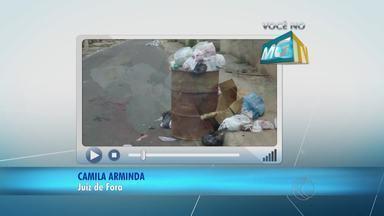 População reclama de acúmulo de lixo em bairro de Juiz de Fora - Segundo os moradores, situação em rua do Bairro Milho Branco foi ignorada em limpeza da Demlurb. Já o departamento informa que o resto dos entulhos será retirado ainda nesta quarta-feira (9).