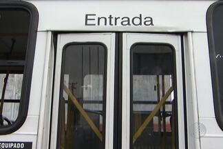Estudante morre ao cair de ônibus em movimento, em Simões Filho, na Bahia - A porta traseira do coletivo estava aberta. Testemunhas disseram que o motorista só percebeu o acidente depois que foi avisado por passageiros.