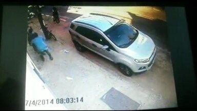 Dois bandidos são procurados pela morte de um professor na Tijuca - O professor Silvio Travancas foi abordado por dois homens. Eles tentaram roubar o cordão que o professor usava e depois atiraram contra ele.
