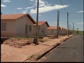 Mutuários de conjunto habitacional recebem casas - Entrega foi realizada após dez anos de espera.