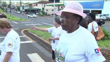 Campanha orienta idosos no trânsito - É preciso atenção ao atravessar a rua
