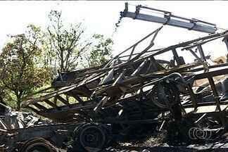 Três pessoas morrem carbonizadas em acidente próximo a Rianápolis - Dois caminhões colidiram na BR-153. Rodovia ficou interditada por mais de cinco horas.