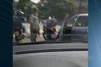Motorista flagra briga de trânsito, em Goiânia - Um dos envolvidos parece ser policial militar.