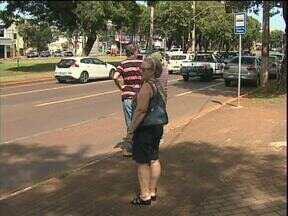 Usuários do transporte coletivo reclamam do desconforto em pontos de ônibus - Faltam coberturas contra o sol e a chuva, o contrato com a empresa que faz a manutenção encerrou na semana passada.