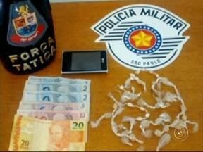 """Operação da Polícia Militar prende sete pessoas com drogas na região - A Polícia Militar realizou uma operação, chamada de """"Bloqueio"""", nos municípios de São Roque, Mairinque e Araçariguama (SP) na tarde desta quarta-feira (9), resultando em sete pessoas presas, além de apreensão de drogas."""