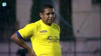 Vampeta e Anderson Lima jogam pelada em São Paulo - Ao final da partida, o ídolo corintiano autografou o nome errado na camisa de um torcedor