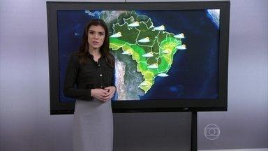 Previsão é de mais chuva para o Rio de Janeiro - É o terceiro dia seguido de chuva na cidade. Pode chover a qualquer momento, porque um sistema de alta pressão atmosférica está soprando os ventos úmidos e frios do oceano para o continente. Há a previsão de chuva entre o leste de SP e de SC.