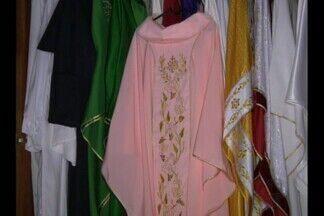 Vestuário da liturgia da Igreja Católica em Campina Grande - Em cada ocasião, um vestuário com uma tonalidade diferente.