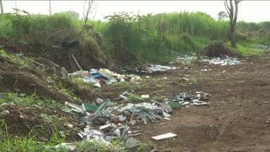 Moradores do Sítio Cercado enfrentam sujeira e mato alto - É que um trecho importante da região está abandonado e tem sido usado por criminosos