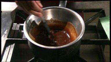 Aprenda a fazer uma sobremesa com ovos de Páscoa - O ingrediente principal da receita são os ovos de chocolate que sobraram da Páscoa. Basta quebrá-lo, e misturar com creme de leite e licor. Depois, basta mergulhar as frutas ou a colomba pascal no chocolate derretido.