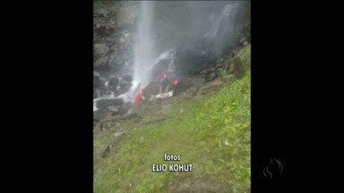 Jovem de 24 anos morre ao cair de cachoeira de 70 metros na região de Ponta Grossa - Segundo os bombeiros, o rapaz estava sem os equipamentos de segurança.