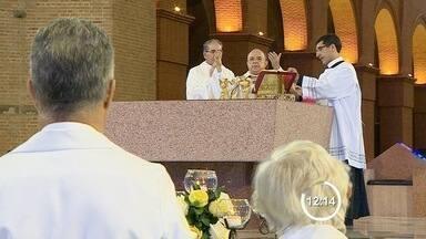 Missa de Páscoa reúne cerca de 20 mil fiéis no Santuário de Aparecida, SP - Expectativa é que a basílica receba quase 50 mil romeiros neste feriado. Celebração foi presidida pelo presidente da CNBB, Dom Damasceno.